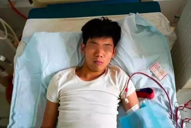 Wang Gang, 27 tuổi, nằm liệt giường vì bị di chứng từ cuộc phẫu thuật bán thận năm 17 tuổi. Ảnh: Asia Wire.