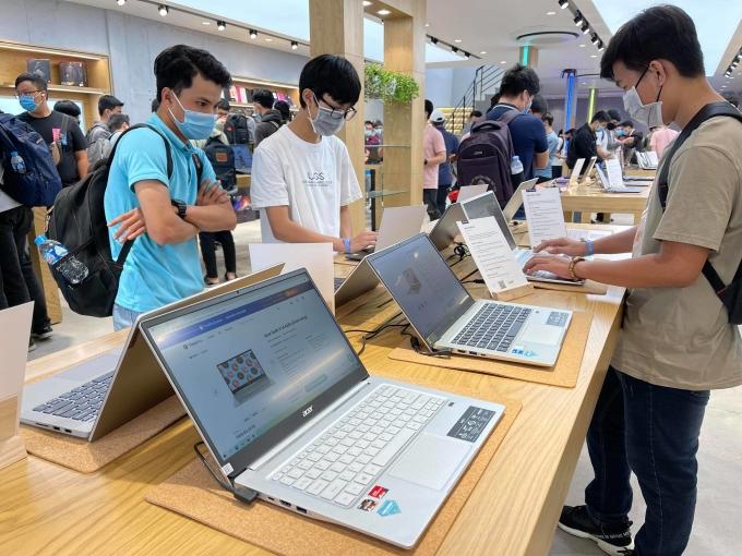 Nhu cầu mua laptop, webcam, thiết bị chơi game tăng mạnh.