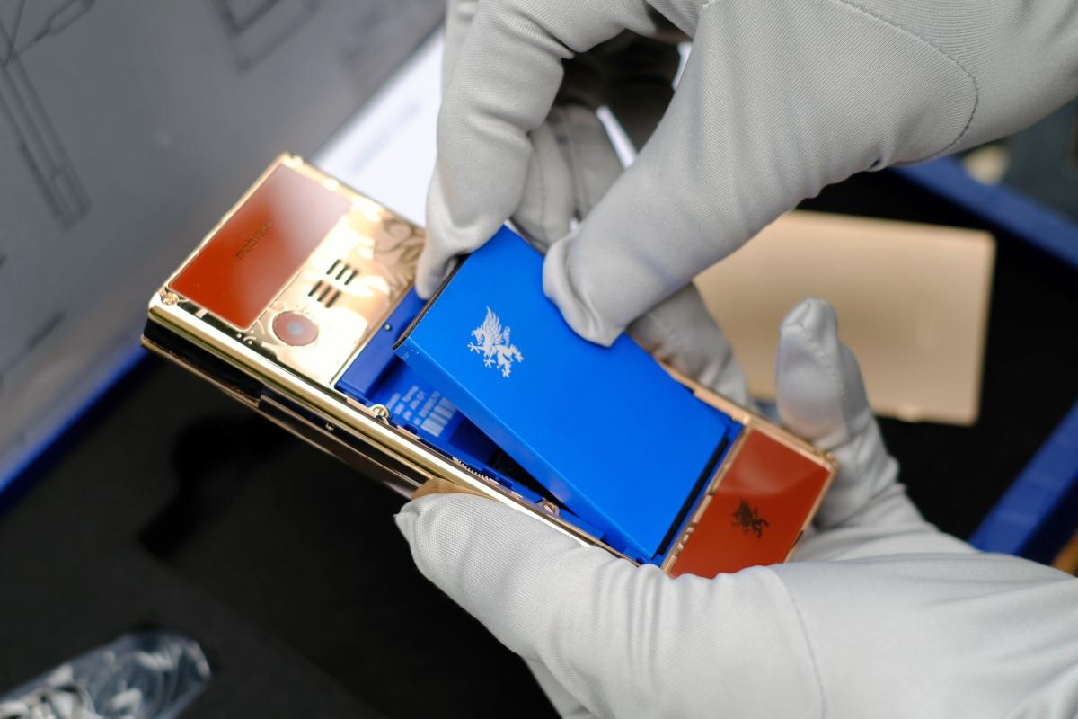 Điện thoại khắc họa tiết trâu vàng giá 118 triệu đồng