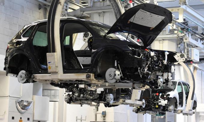 Dây chuyền sản xuất ô tô của Volkswagen. Ảnh: Reuters.