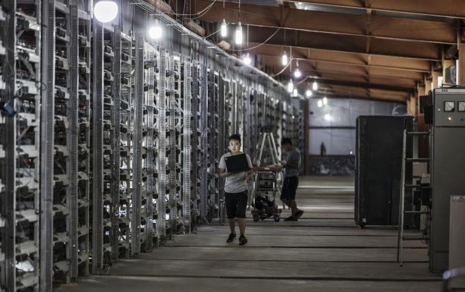 Các trại đào Bitcoin thường hoạt động ngày đêm, tiêu thụ lượng điện năng lớn. Ảnh: Bloomberg.