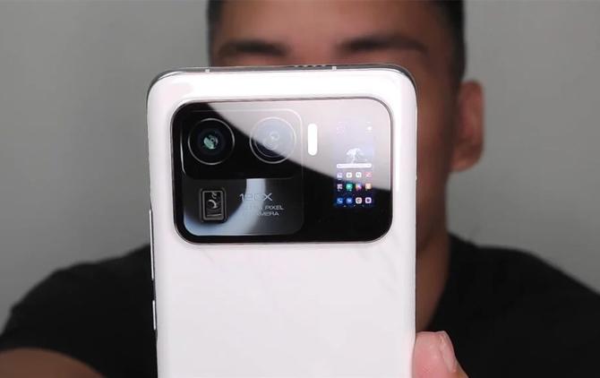Mi 11 Ultra có màn hình phụ cạnh camera. Ảnh: Tech Buff