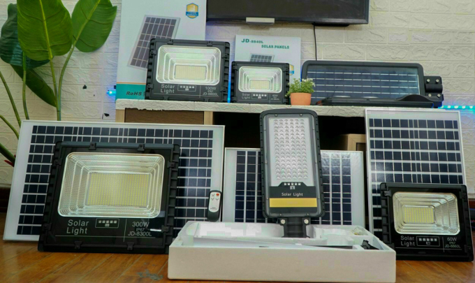 Một số mẫu đèn năng lượng mặt trời bán trên thị trường.