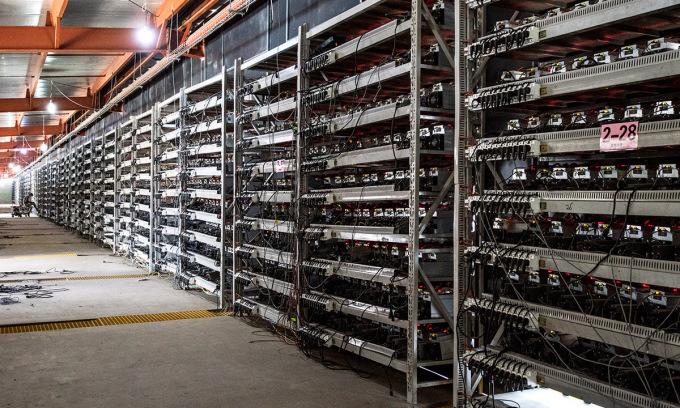 Bên trong một nhà máy đào Bitcoin ở vùng Nội Mông. Ảnh: IEEE.