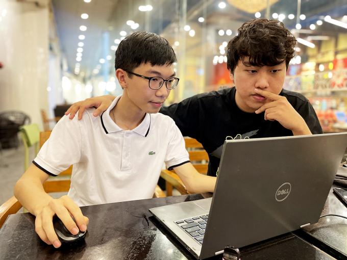Phạm Tiến Mạnh (phải) và Dương Tiểu Đồng (trái). Ảnh: Lưu Quý
