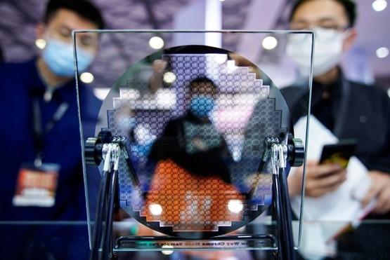 Một tấm wafer silicon tại hội chợ thương mại SEMICON Trung Quốc hồi tháng 3. Ảnh: Reuters.