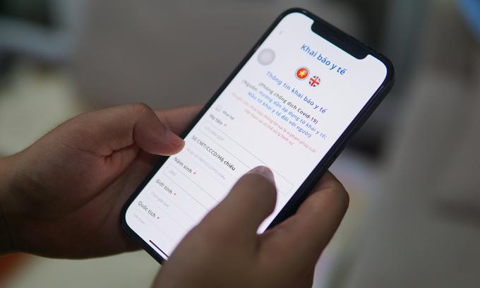 Người dùng khai báo y tế trên ứng dụng Bluezone. Ảnh: Lưu Quý
