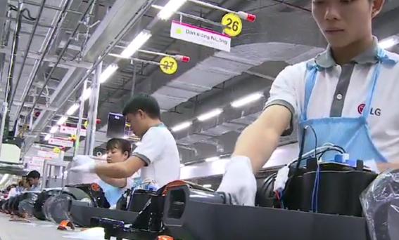 Các công nhân trong dây chuyền lắp ráp thiết bị điện tử tại nhà máy LG ở Hải Phòng. Ảnh: LG.