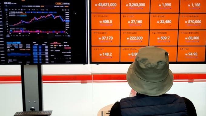 Một nhà đầu tư kiểm tra giá tiền điện tử tại một sàn giao dịch ở Seoul. Ảnh: Sotaro Suzuki.