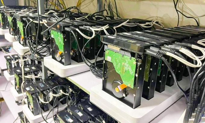 Bên trong một hệ thống khai thác Chia gồm hàng trăm ổ cứng kết nối với nhau.