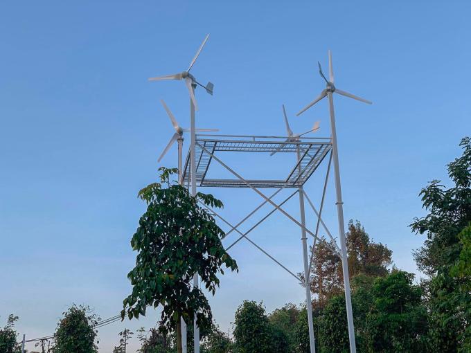 Một hệ thống điện gió hộ gia đình gồm bốn tua-bin gió, công suất mỗi tua-bin đạt 1 KW. Ảnh: Duy Quân.