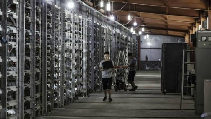 Trung Quốc đang liên tiếp đưa ra các lệnh cấm, buộc các mỏ đào Bitcoin cỡ lớn phải chuyển hoạt động ra nước ngoài. Ảnh: Bloomberg.