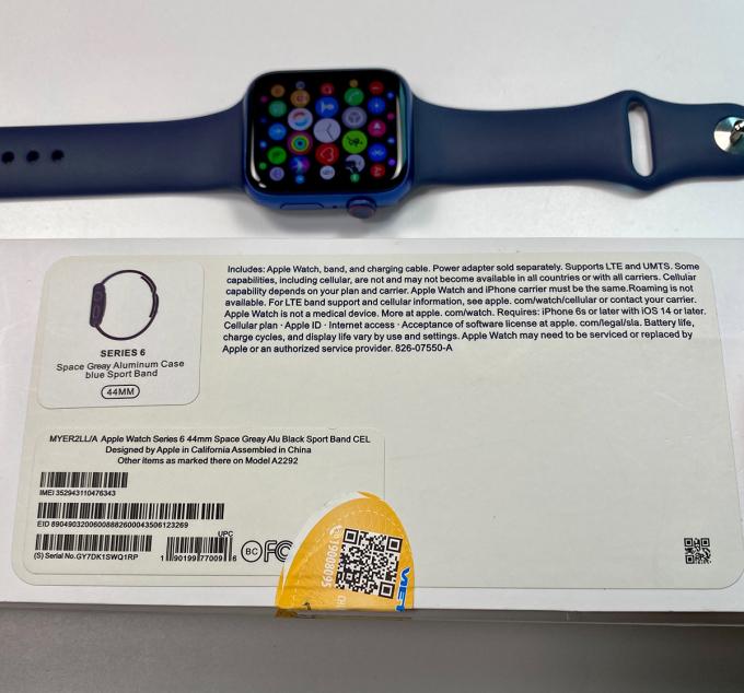 Mẫu Apple Watch nhái với hộp đựng không khác bản xịn. Ảnh: Tùng Lâm