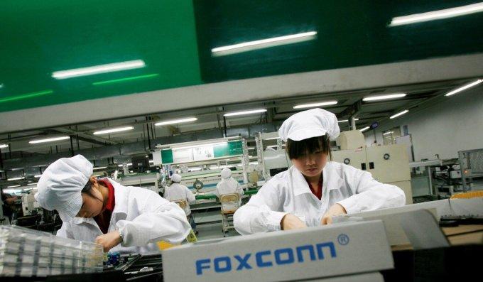 Nhân viên Foxconn làm việc tại nhà máy lắp ráp thiết bị Apple tại Longhua, tỉnh Quảng Đông. Ảnh: Reuters.