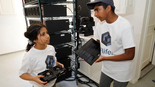 Aanya Thakur (trái) và anh trai Ishaan thảo luận về thiết bị khai thác tiền điện tử trong garage. Ảnh: Dallas Morning News.