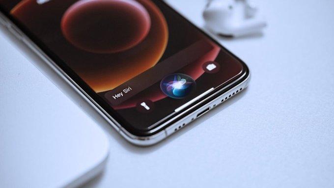Siri hiện tích hợp trong hầu hết sản phẩm Apple, trong đó có iPhone. Ảnh: Qooah