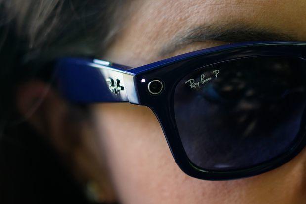 Camera và đèn LED báo hiệu đang quay phim trên Ray-Ban Stories. Ảnh: Wall Street Journal