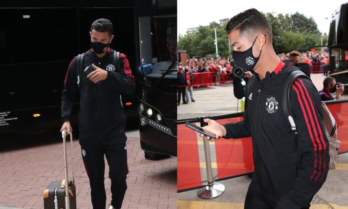 Ronaldo dùng smartphone Huawei sau khi xuống xe bus hôm 11/9. Ảnh: NewsBeezer