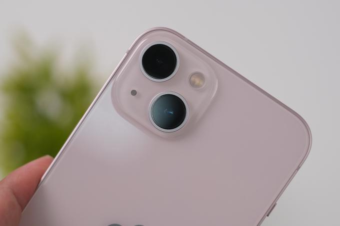 Camera của iPhone 13 có cảm biến lớn, cách sắp xếp ống kính khác so với iPhone 12 năm ngoái. Ảnh: Tuấn Hưng